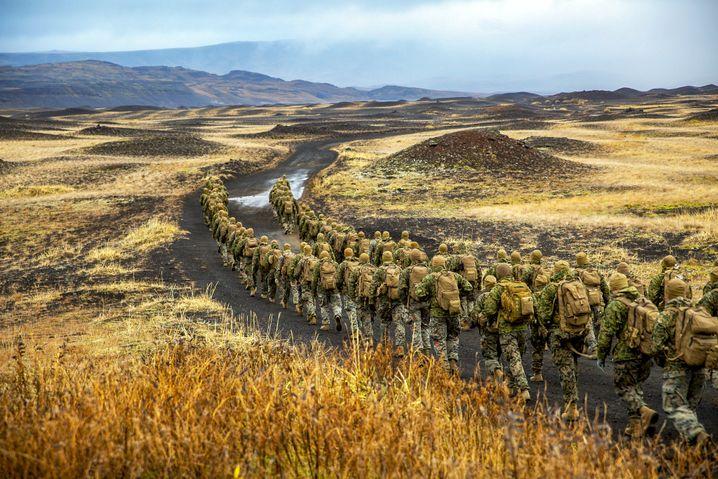 """Soldaten der 24th Marine Expeditionary Unit in Island auf dem Weg zu einem Feldlager für """"Trident Juncture"""""""