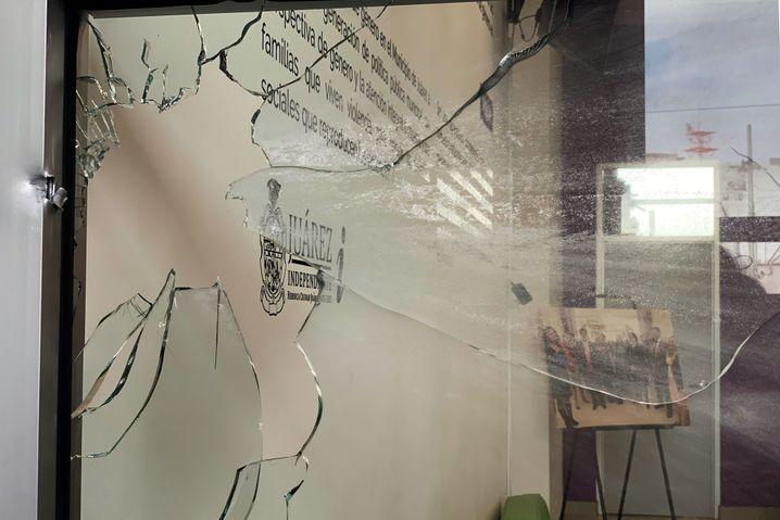 Im Februar wurde das Fraueninstitut von Gangmitgliedern attackiert. Die Einschusslöcher in der Fassade sind bis heute zu sehen.