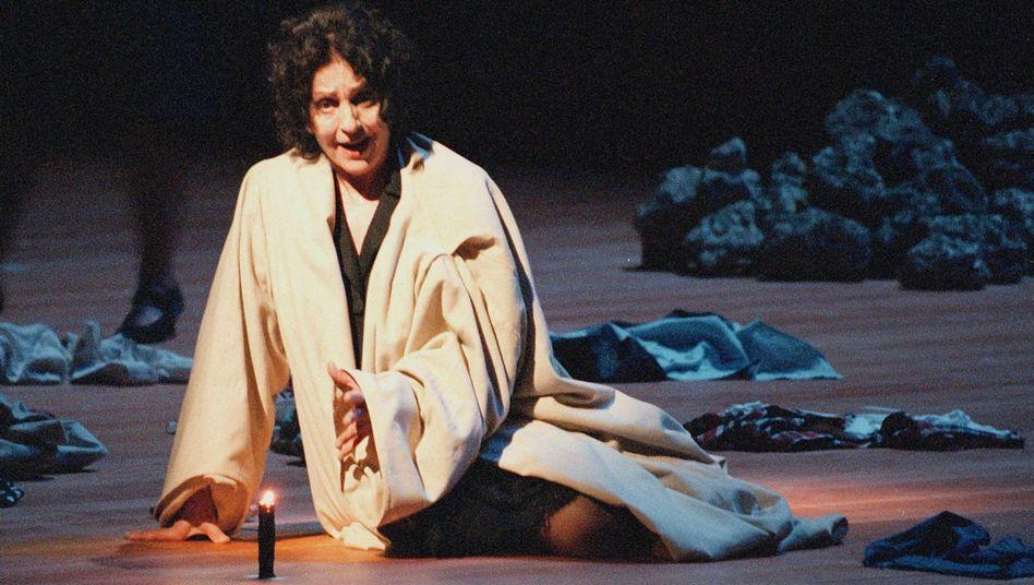 """Sopranistin Behrens als R in Berios """"Cronaca del Luogo"""": Sängerin von Weltrang"""