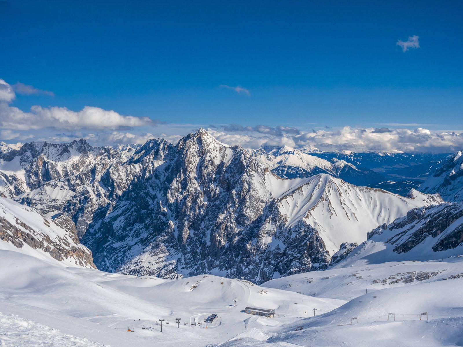 Blick von der Zugspitze (2962m), dem hoechsten Berg Deutschlands auf die Alpen, Deutschland, Bayern, Oberbayern View fro