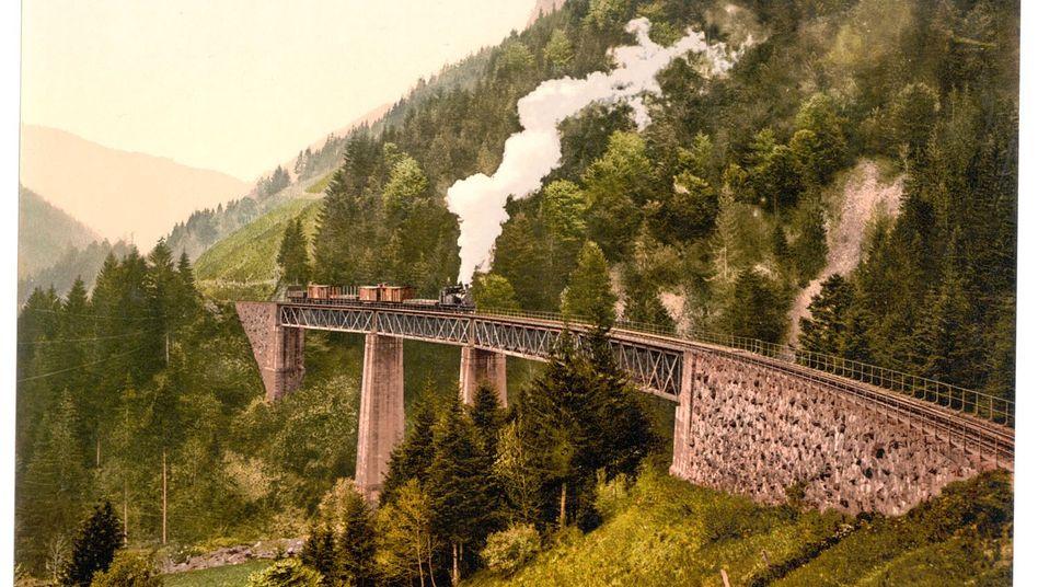 Ein Güterzug rattert um 1895 über die Ravennabrücke im Höllental im Schwarzwald. Die 37 Meter hohe Brücke wurde ab 1885 errichtet, die Züge durften sie nur mit 15 Stundenkilometer überqueren.