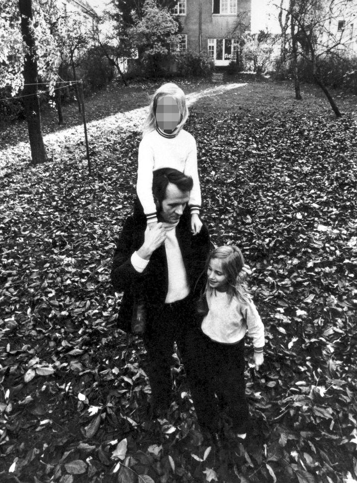 Vater Röhl, Töchter Regine, Bettina (r.), 1972