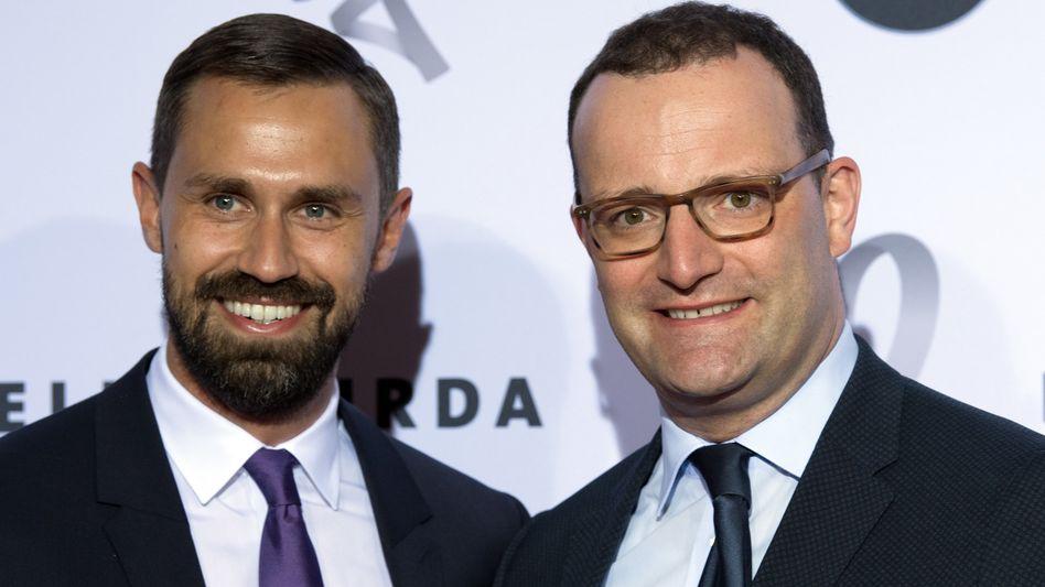 Bundesgesundheitsminister Jens Spahn (CDU, r.) mit seinem Ehemann und Burda-Lobbyisten Daniel Funke auf einer Gala in Berlin