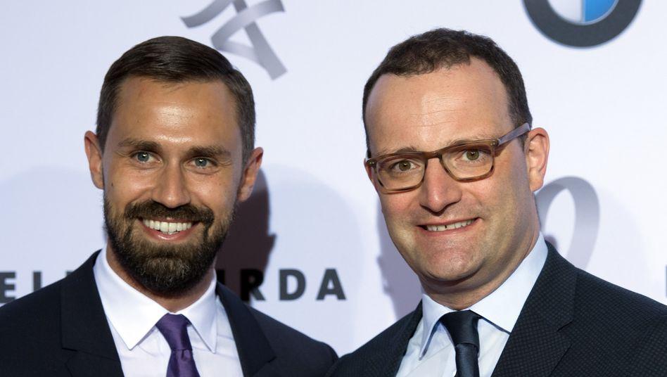 Bundesgesundheitsminister Jens Spahn (CDU, rechts) mit seinem Ehemann und Burda-Lobbyisten Daniel Funke auf einer Gala in Berlin.