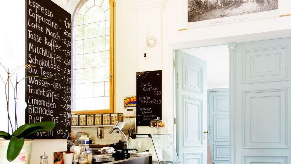 Photo Gallery: Tea and Coffee Among Tombs