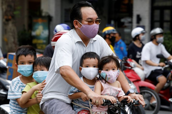 Maskenpflicht in Hanoi: Nach Wochen ohne eine einzige bestätigte Corona-Infektion in Vietnams Hauptstadt gibt es nun wieder einen Fall