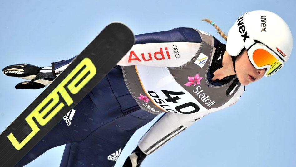 Skispringerin Faißt (Archivbild): Rang drei beim ersten Frauen-Weltcup