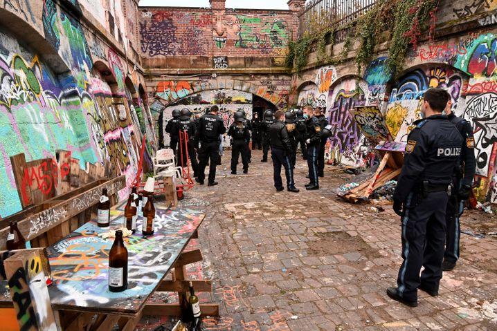 Polizeibeamte am frühen Morgen auf dem Schlachthofgelände in München, wo sie eine illegale Party auflösten