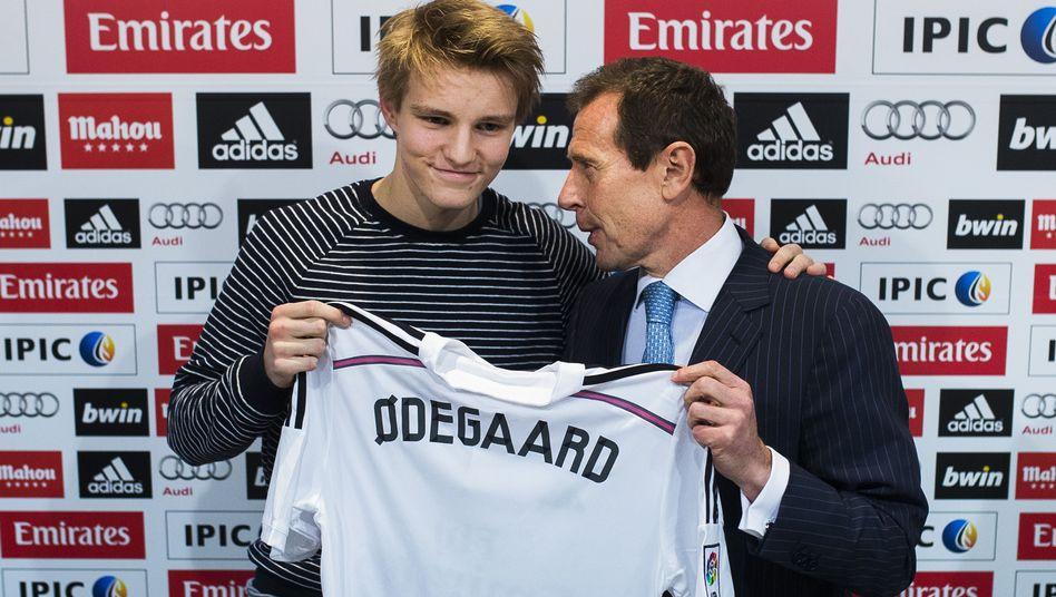 Im Januar 2015 wurde Martin Ødegaard (l.) als neuer Spieler von Real Madrid vorgestellt. Hier zu sehen mit Klublegende Emilio Butragueño