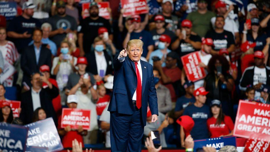 Vorn Donald Trump, dahinter dicht an dicht die Fans: Viele trugen Maga-Kappen, wenige hingegen die von Trump verachteten Mund-Nasen-Bedeckungen