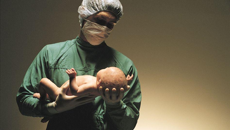 Baby in den Händen eines Chirurgen: Wieso spuckt der kleine Patient so viel?