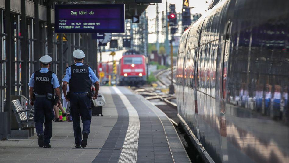 Zwei Polizisten patrouillieren nach der Attacke am Frankfurter Hauptbahnhof auf einem Bahnsteig