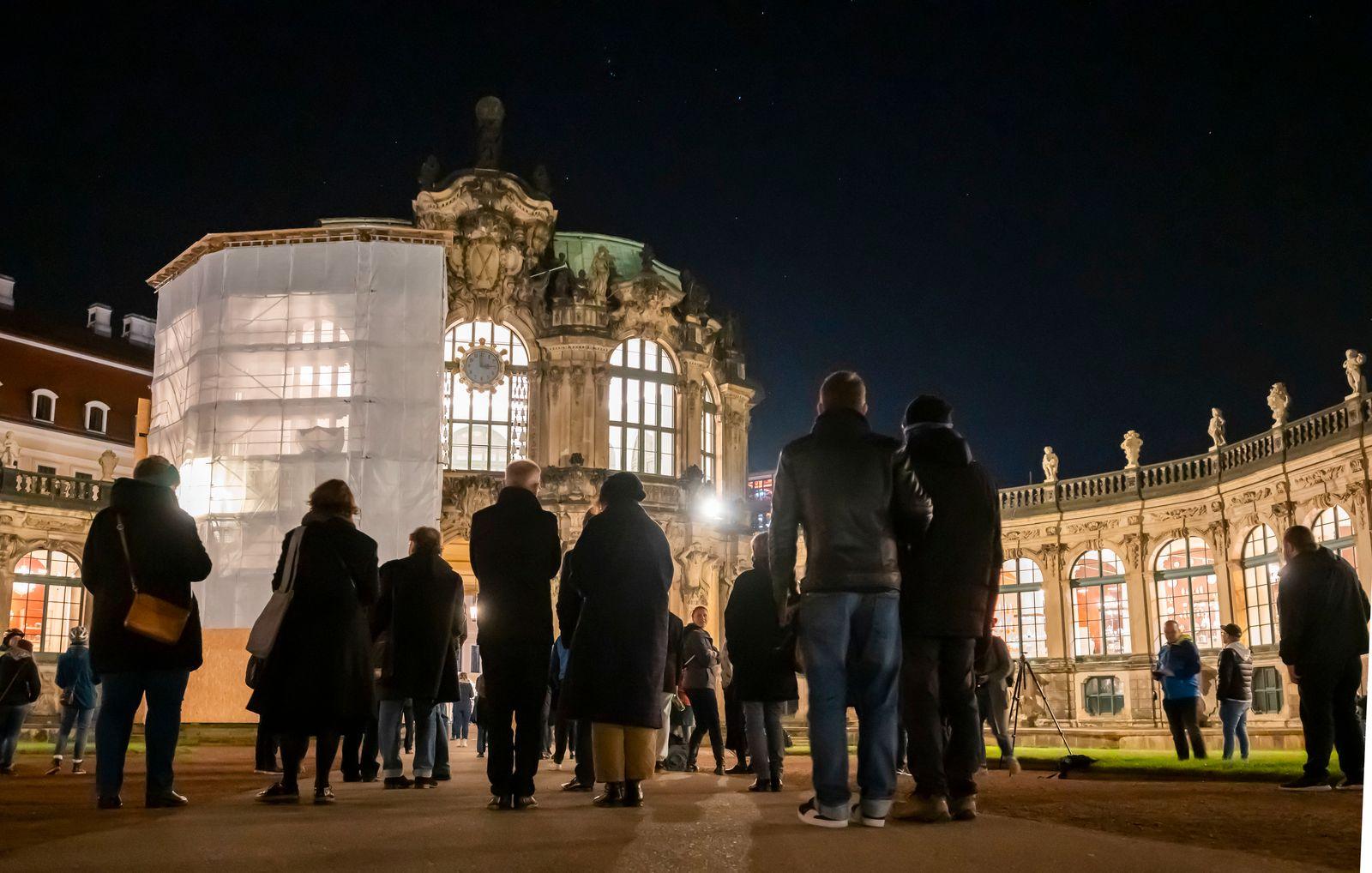Uhren sind umgestellt - Ritual am Zwinger in Dresden