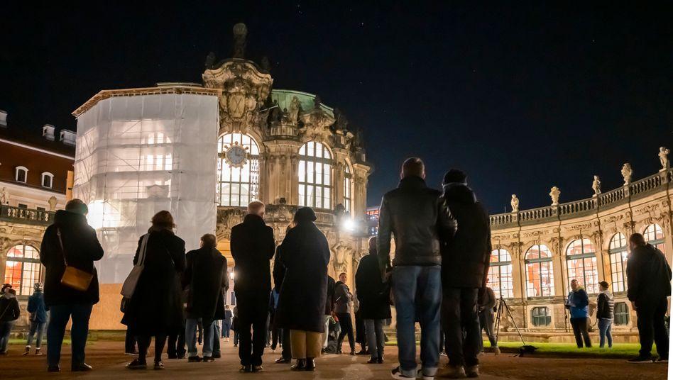 """Zeitumstellung in Dresden: Künstler Florian Dombois erhebt die """"gewonnene"""" Stunde zum Kunstwerk und spielt eine Melodie auf den Porzellanglocken am Glockenspielpavillion des Zwingers"""