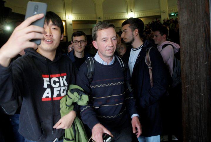 Bernd Lucke verlässt nach seiner verhinderten Antrittsvorlesung den Hörsaal