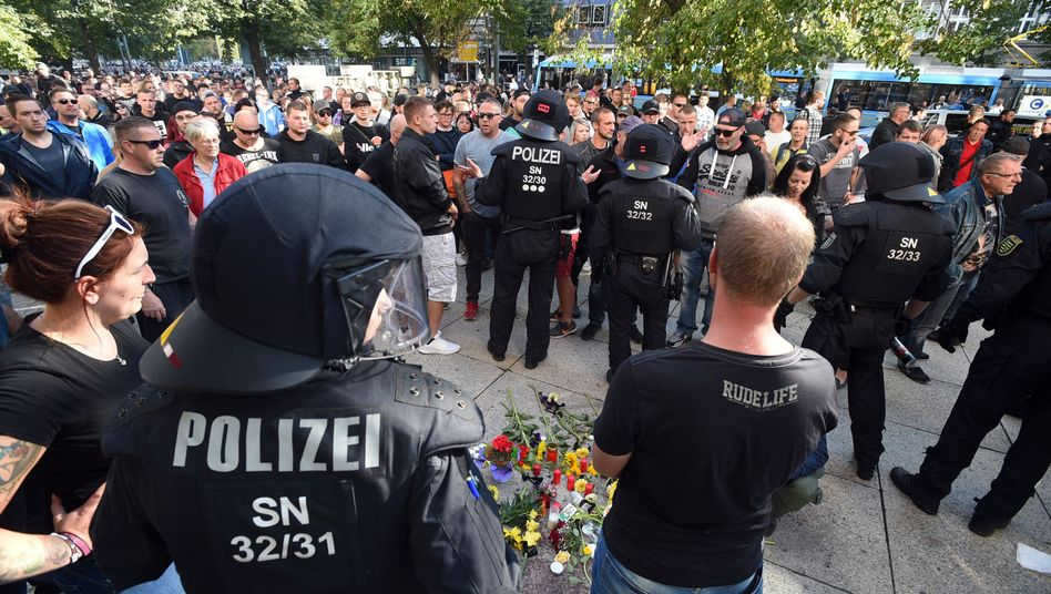 Polizisten und Bürger am Tatort in Chemnitz