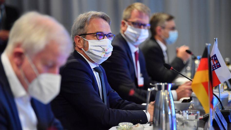 Bundesinnenminister Horst Seehofer (l.) neben Thüringens Innenminister Georg Maier in Erfurt