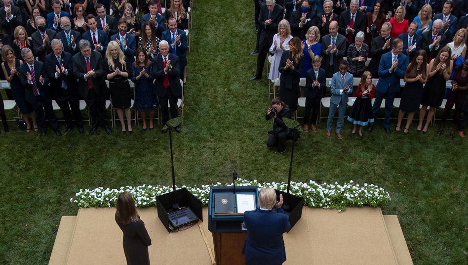 Nominierung von Amy Coney Barrettals nächste Supreme-Court-Richterin im Rosengarten des Weißen Hauses: Viele hochrangige Politiker haben sich wahrscheinlich auf dieser Veranstaltung mit dem Coronavirus infiziert