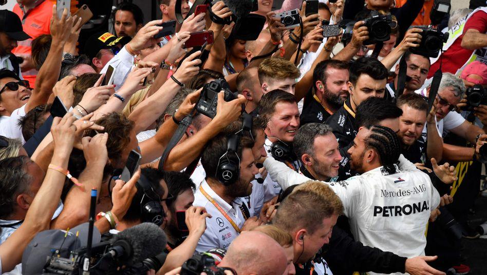 Lewis Hamilton lässt sich nach seinem Sieg beim GP in Frankreich 2019 feiern