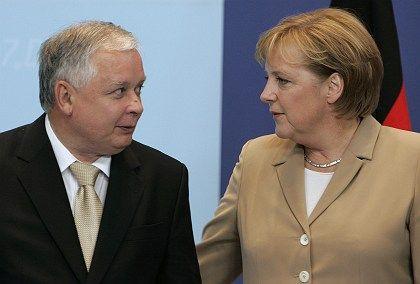 Polens Präsident Lech Kaczynski mit Kanzlerin Merkel beim EU-Gipfel: Bruder Jaroslaw macht das Fass wieder auf