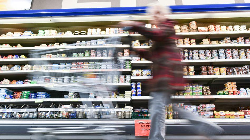 Kundin am Supermarktregal