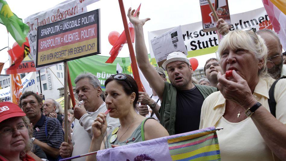 Anti-Spar-Demo: Jeder zusätzliche Euro führt zu einer überproportionalen Belastung