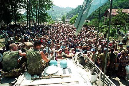 Keine neue Heimat: Holländische Uno-Soldaten beobachten einen Flüchtlingstrek nahe Srebrenica (im Juli 1995)