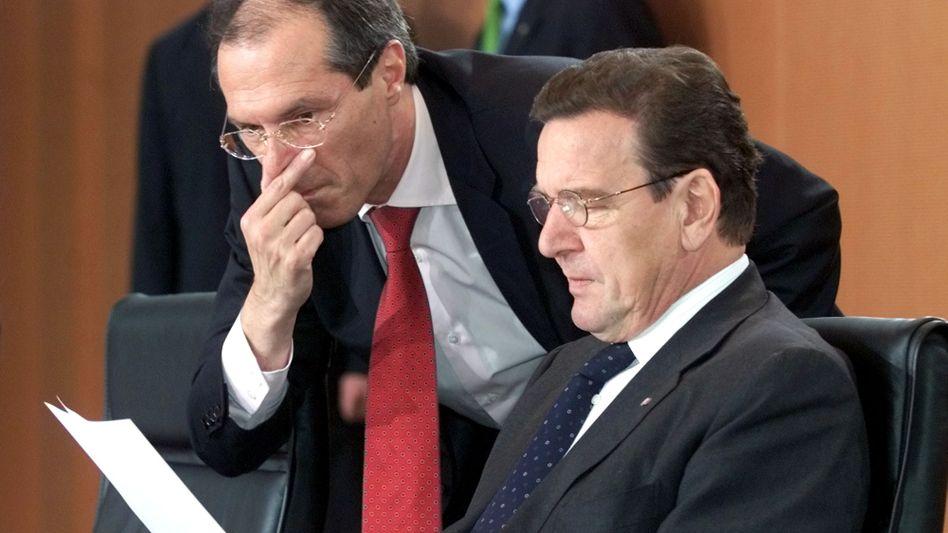 """Sicherheitspolitischer Berater Steiner (links), Kanzler Schröder (November 2001) im neuen Kanzleramt in Berlin: """"Es war eine Wanze."""""""