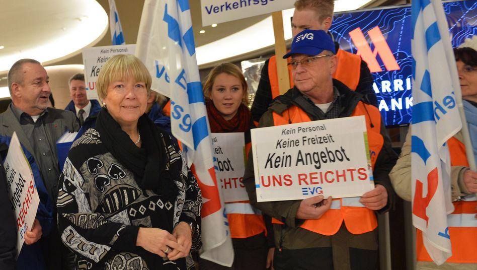 """Mitglieder der EVG in Frankfurt: """"Vorschlag der Bahn unzureichend"""""""