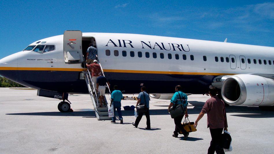 Fluggäste beim Einsteigen (in Kiribati, 2004): Schnelles Boarding erwünscht