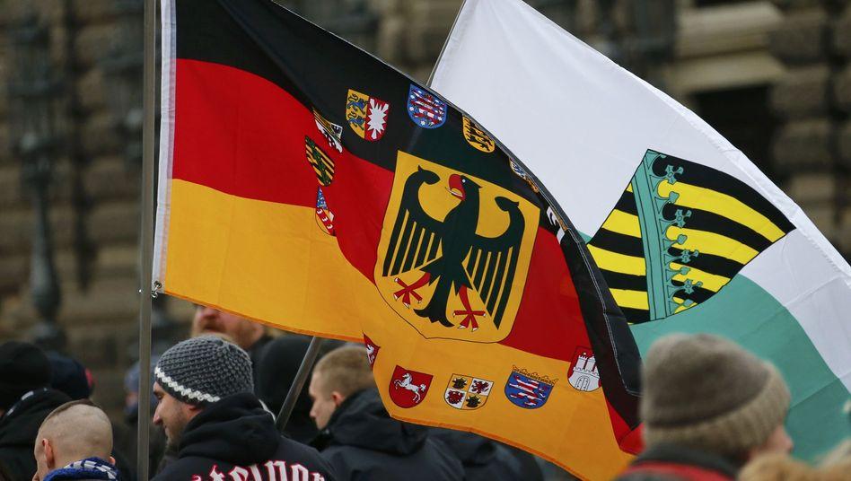 Pegida-Anhänger in Dresden: Die islamkritische Bewegung findet immer mehr Anhänger - und immer mehr Gegner