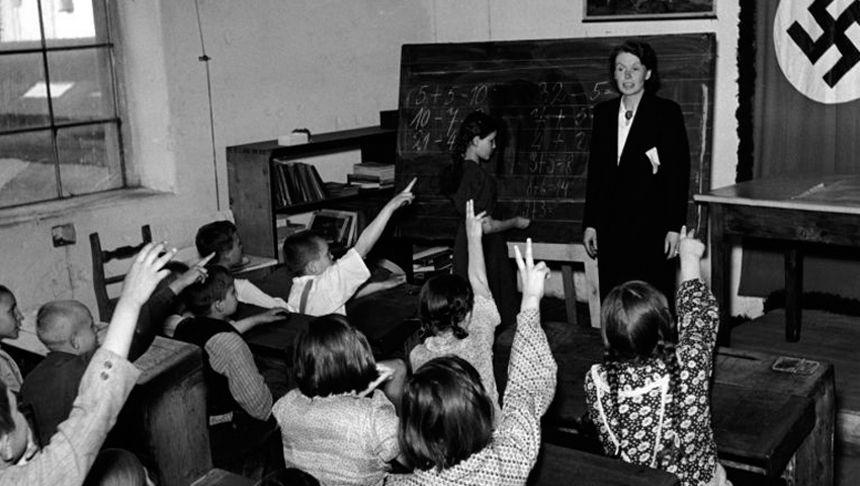 Schulunterricht in einem Lager für umgesiedelte Wolhyniendeutsche in Aussig (Protektorat Böhmen und Mähren) um 1940