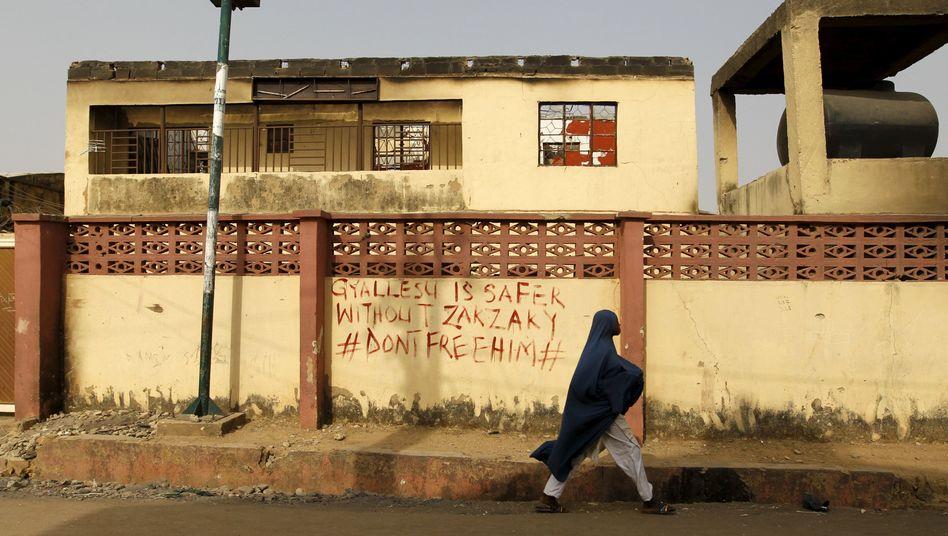 Frau vor zerstörtem Haus im nigerianischen Bundesstaat Kaduna (Archiv)