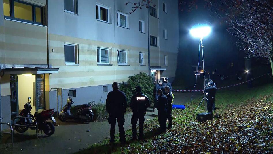 Polizisten vor einem Wohnhaus in Hamburg-Bramfeld: In der Nähe soll ein Unbekannter eine Leiche abgelegt haben