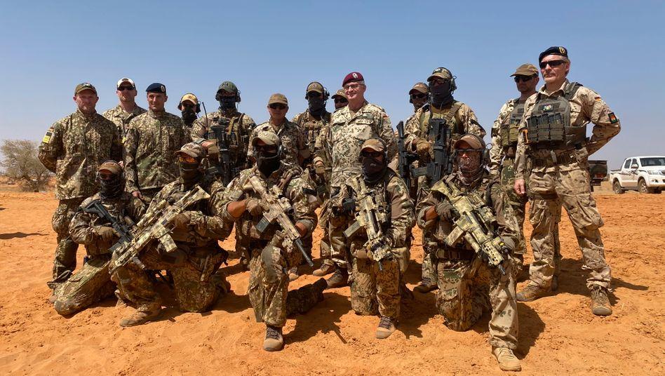 Generalinspekteur Eberhard Zorn mit Kampfschwimmern der Marine während der Operation »Gazelle« im Niger (März 2019)