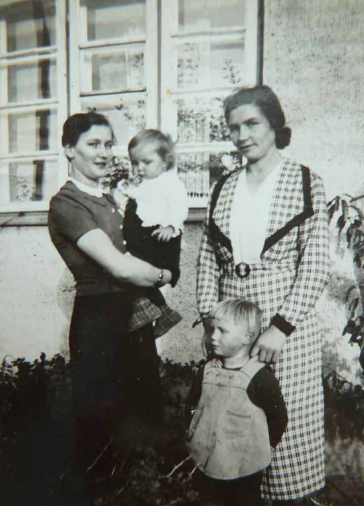 Emma (rechts), 1944 in Ostpreußen