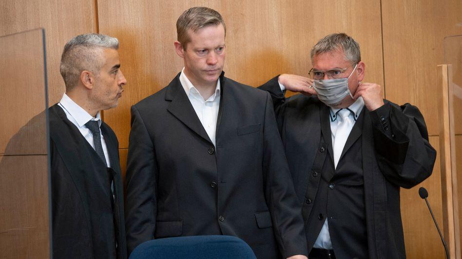 """Angeklagter Stephan Ernst zwischen seinen Anwälten Mustafa Kaplan (r.) und Frank Hannig: """"Ich war schon außer mir"""""""