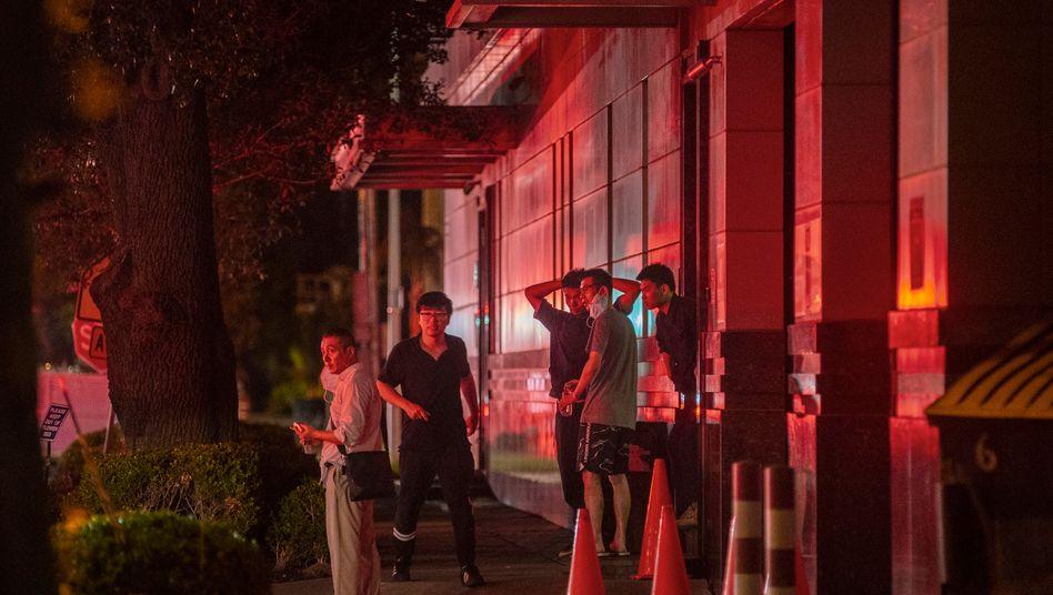 Schaulustige beobachten den Feuerwehreinsatz vor dem chinesischen Konsulat in Houston, Texas