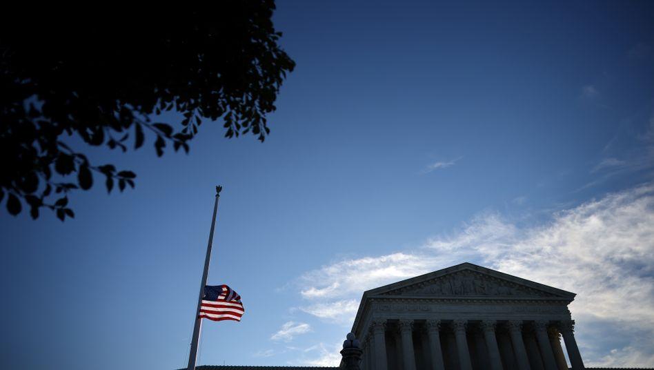 Supreme Court in Washington: Flagge auf halbmast