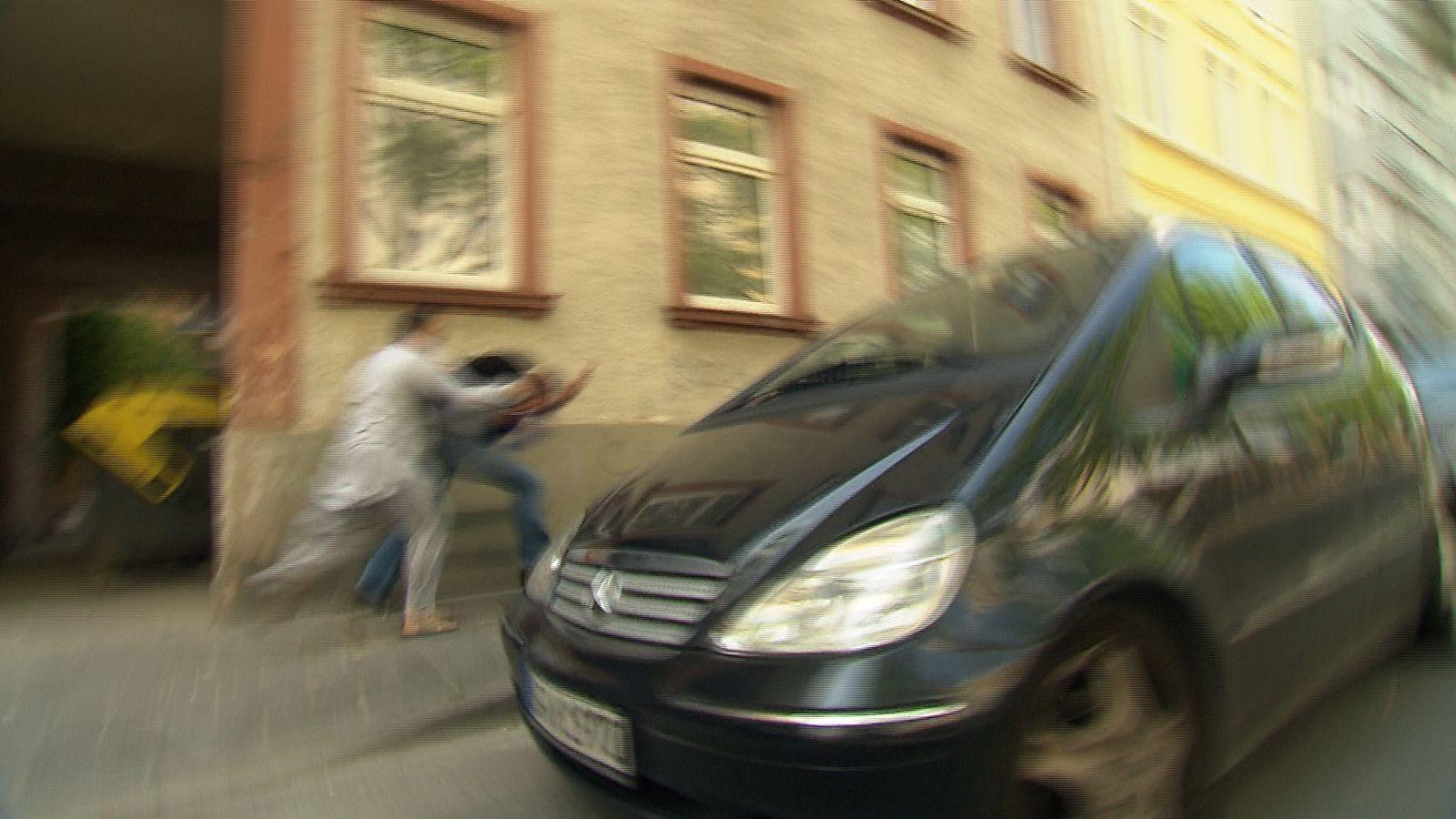 EINMALIGE VERWENDUNG ARD Fernsehteam/ Angriff