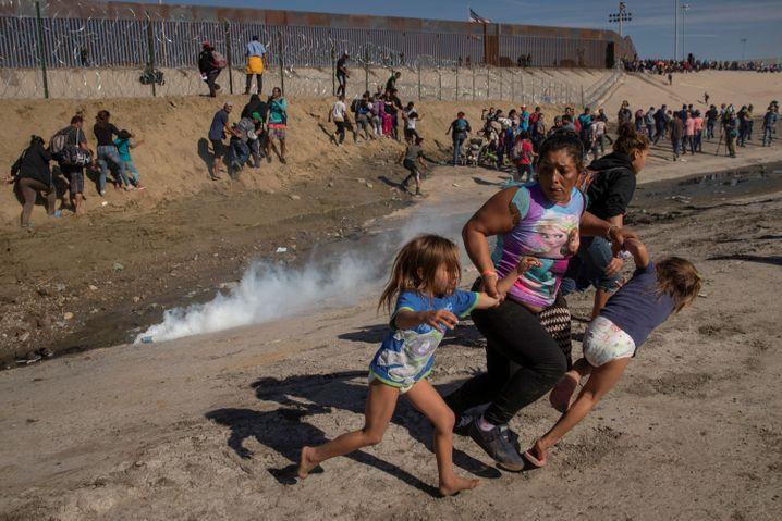 Mexiko wehrt Migranten auch gewaltsam ab - wie hier 2018 in Tijuana an der Grenze zu den USA