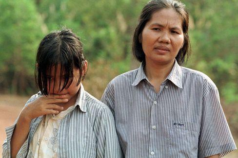 Pol Pots Tochter Sitha und ihre Mutter (Aufnahme von 1998): Liebenswertes Mädchen