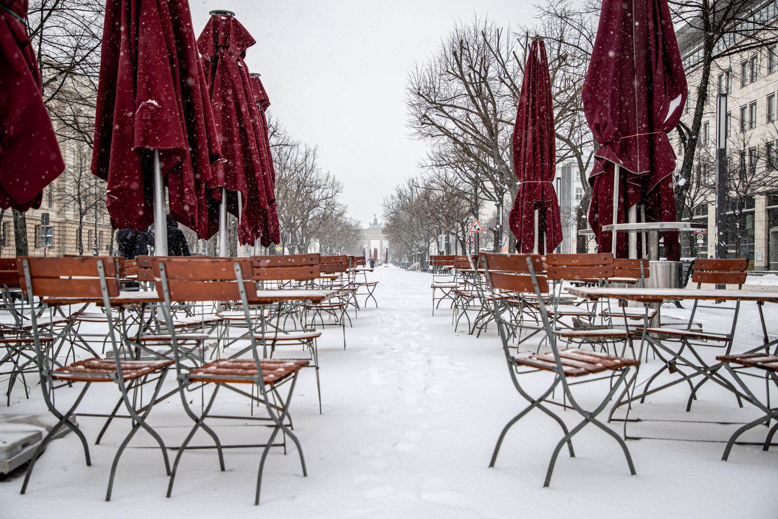 Schnee in Berlin Berlin, 08.02.2021: verlassene Stuehle eines Imbiss vor Brandenburger Tor am Pariser Platz. Wintereinbr