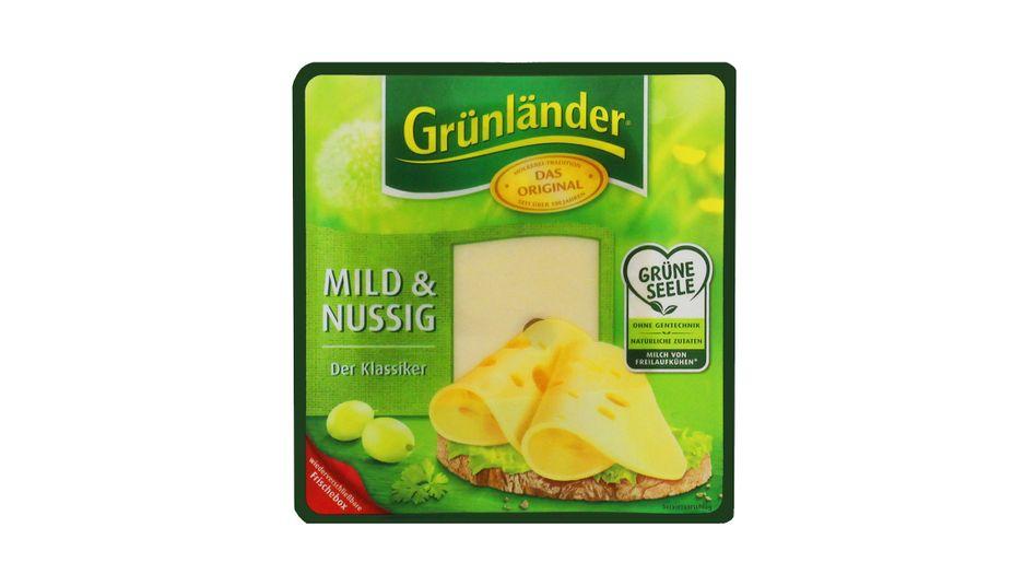 """Der Hersteller Hochland verspricht Käse aus Milch von """"Freilaufkühen"""" - doch statt auf der suggerierten grünen Wiese stehen die Tiere im Stall, wo sie allerdings herumlaufen können. Eine Verbrauchertäuschung, findet Foodwatch."""