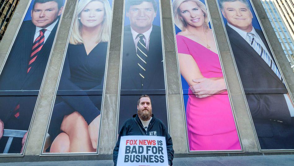 """""""Schlecht fürs Geschäft"""": Aktivist demonstriert gegen Fox News"""