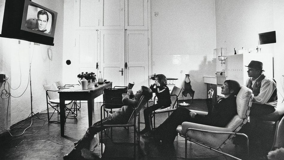 """Künstler Beuys mit Familie beim Gucken von """"Raumschiff Enterprise"""" 1972:""""Zur Unterhaltung des stillen Sohnes einen Fernseher kaufen"""""""