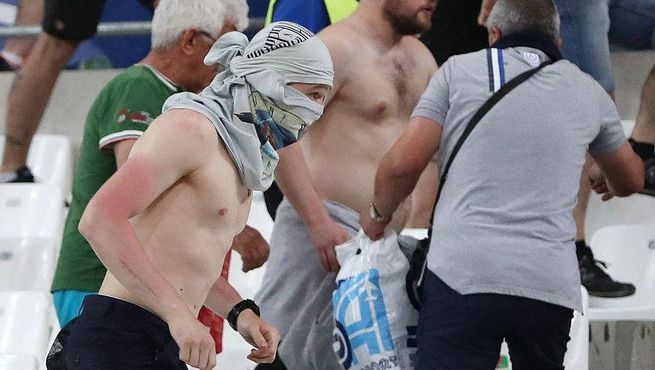 Russische Fans attackierten am Sonntagabend englische Fans im benachbarten Tribünenblock