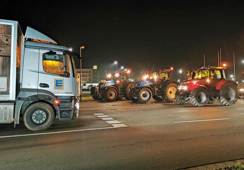 Bauern demonstrieren vor Supermarkt-Gro?lager