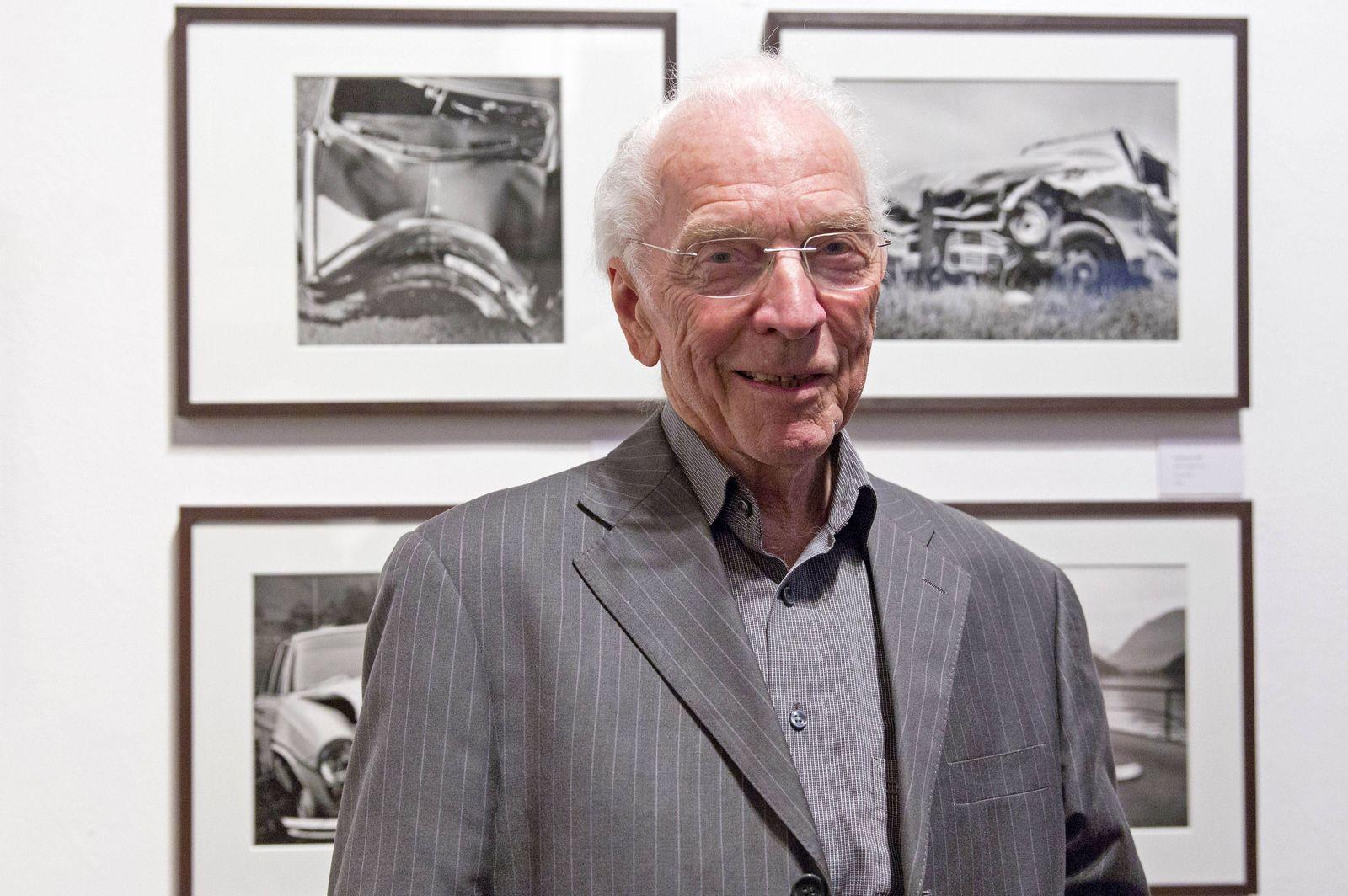 Arnold Odermatt am Tag seines 90 Geburtstags vor seinen Fotografien in der Galerie Springer Berlin