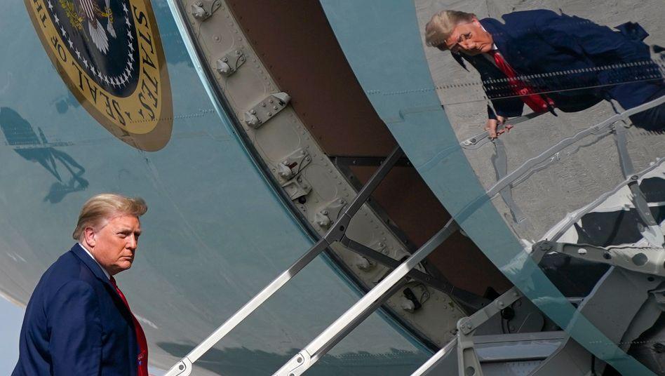 Nochpräsident Donald Trump geht an Bord der Air Force One
